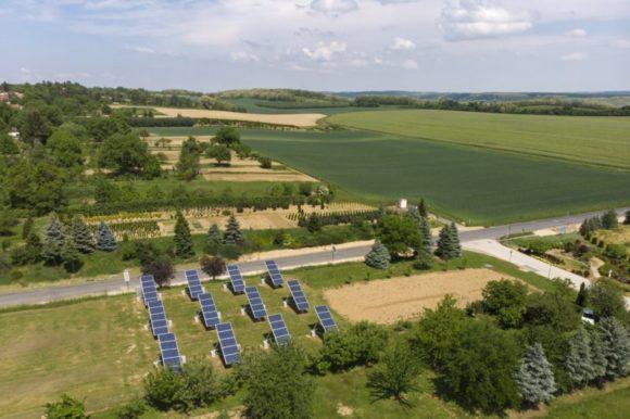 Nagypáli, 2018. május 9. A lakópark közvilágítását ellátó fotovoltaikus, 12 darab napkövetõ rendszerrel ellátott napelem a Zala megyei Nagypáliban 2018. május 9-én. Az E.ON Energy Globe Magyarország díját önkormányzati kategóriában a Nagypáli Önkormányzat Zöld Út Falufejlesztési programjának ítélte oda a zsûri, ugyanis a programnak köszönhetõen a falu központjában smaragdfa liget épül, hibrid erõmû (szél- és napenergia), illetve fotovoltaikus napelem telep található. MTI Fotó: Varga György